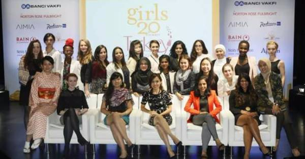 Diletta Luminari (top row, sixth from right) with other delegates at the G(irls)20 Summit