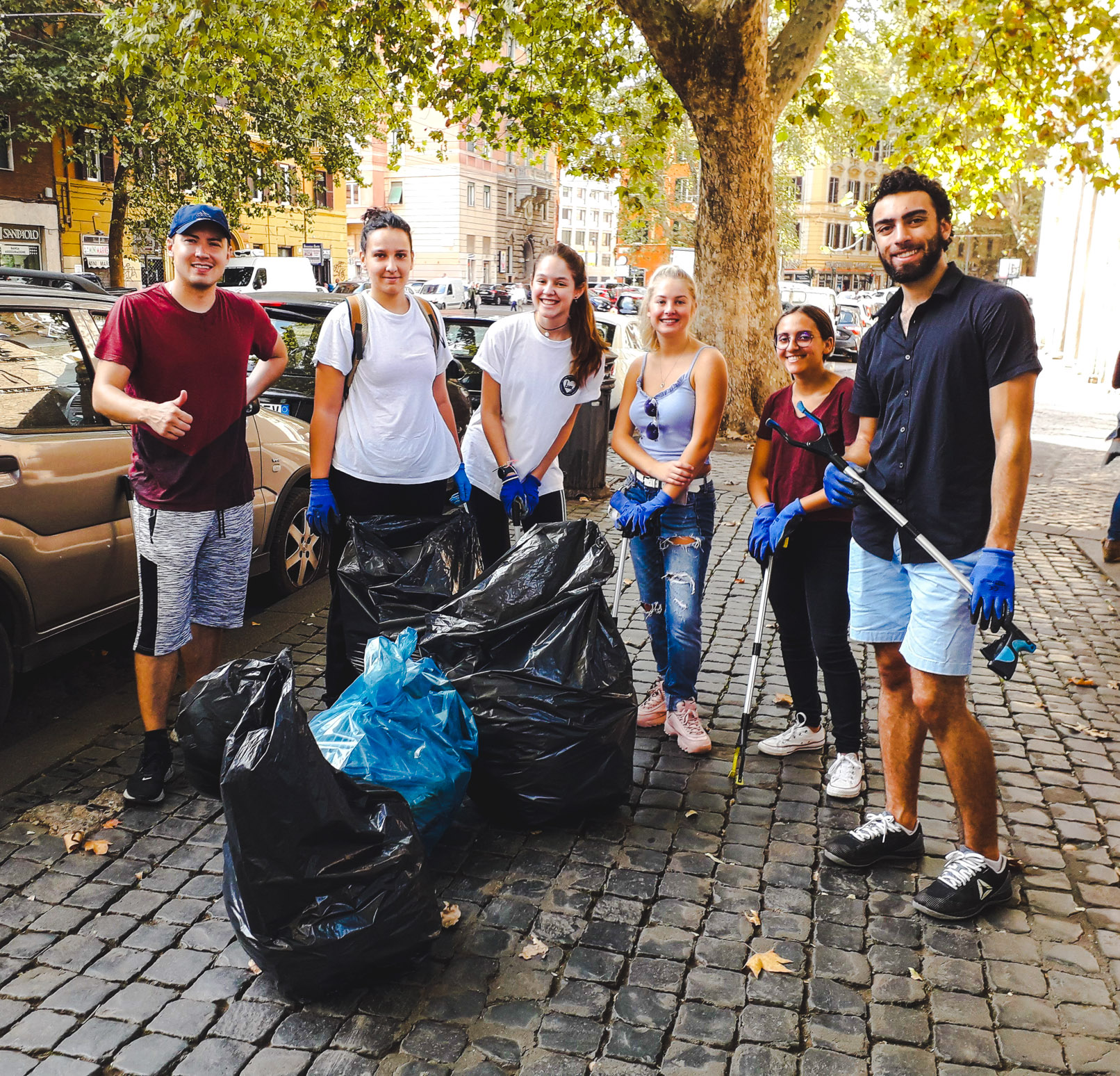 JCU students during a cleanup in Trastevere
